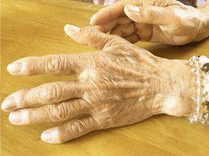 お年寄りの手